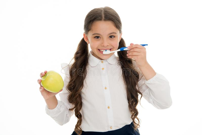 Mondelinge hygiëne Leuke het meisje houdt tandenborstel en appel witte achtergrond Het kindmeisje houdt appel en borsteltand met  royalty-vrije stock foto's