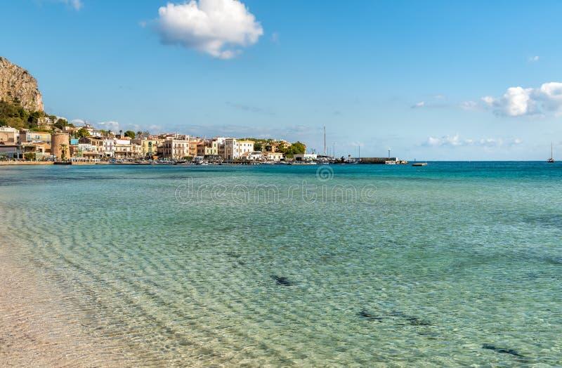 Mondello海滩看法与创立查尔斯顿的在海在巴勒莫 库存照片