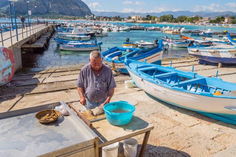 Mondello,西西里岛,欧洲10/06/2018年 Sililian渔夫emptyin 库存照片