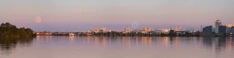 Monderdnähe gesehen von Weißrussland Stadt Scape an der Abendszene mit supermoon Vollmond in der Minsk-Stadt, Panoramablick der S lizenzfreies stockbild