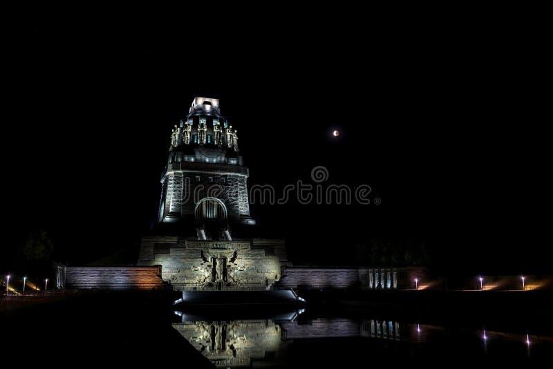 Mondfinsternis und das Monument zum Kampf der Nationen in Leipzig stockfotos