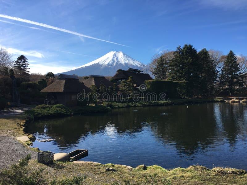 Mondfuji bij oshinohakkaidorp in Japan stock foto's