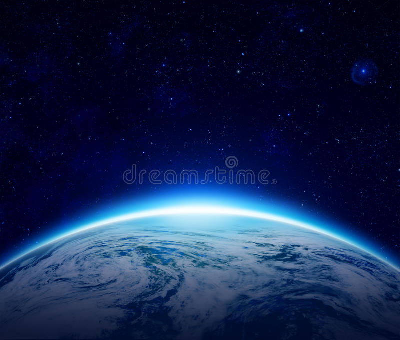 Mondo, alba blu del pianeta Terra sopra l'oceano nuvoloso royalty illustrazione gratis