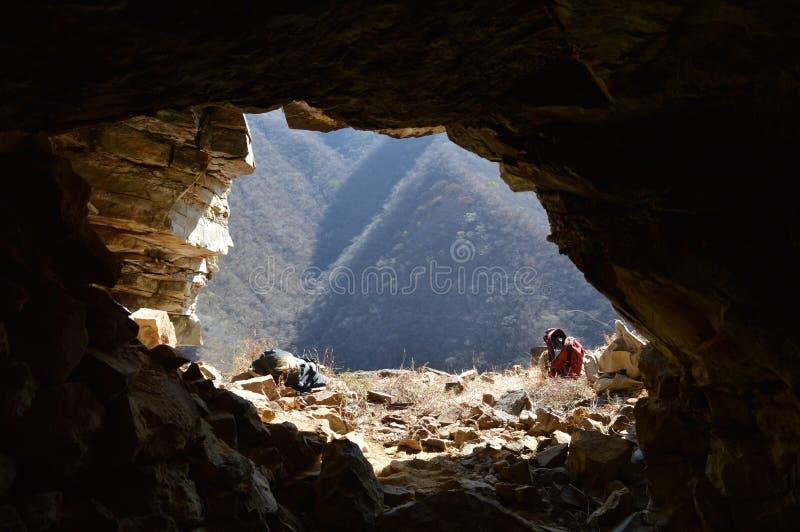 Mondo attraverso l'occhio di una caverna immagini stock