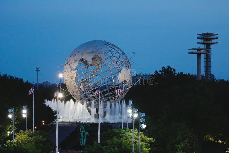 Mondo 1964 di New York s Unisphere giusto alla notte nel parco di Flushing Meadows immagini stock