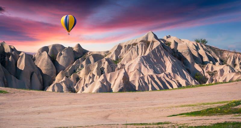 Mondo irreale di Cappadocia Alba in valle della rosa rossa ad aprile fotografia stock libera da diritti