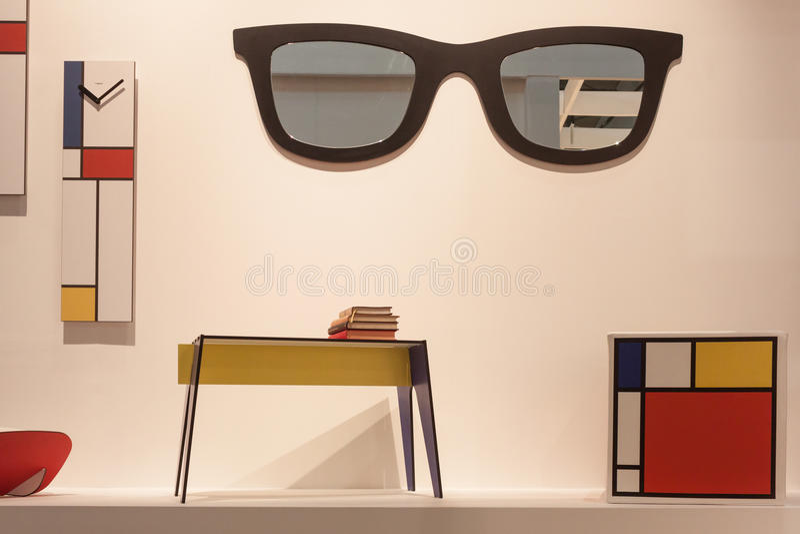 Mondrian-Möbel auf Anzeige an HOMI, Ausgangsinternationales Zeigung in Mailand, Italien stockbild