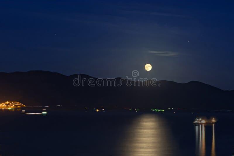 Mondschein über dem Meer lizenzfreie stockbilder