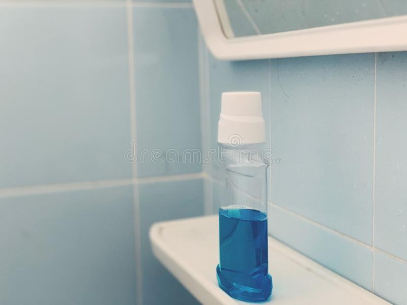 Mondspoeling die elk huis als badkamerspunt moet hebben royalty-vrije stock afbeelding