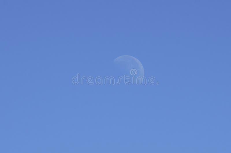 Mondtag auf blauem Himmel stockfoto
