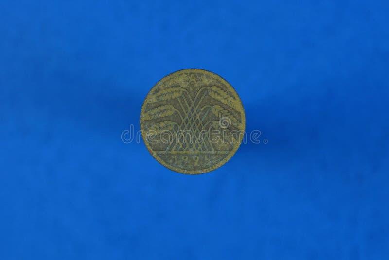 Moneda alemana vieja de Brown con el escudo de armas fotos de archivo libres de regalías