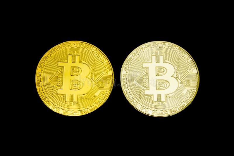 Moneda Bitcoin de la plata y de oro en un fondo negro aislante fotografía de archivo libre de regalías