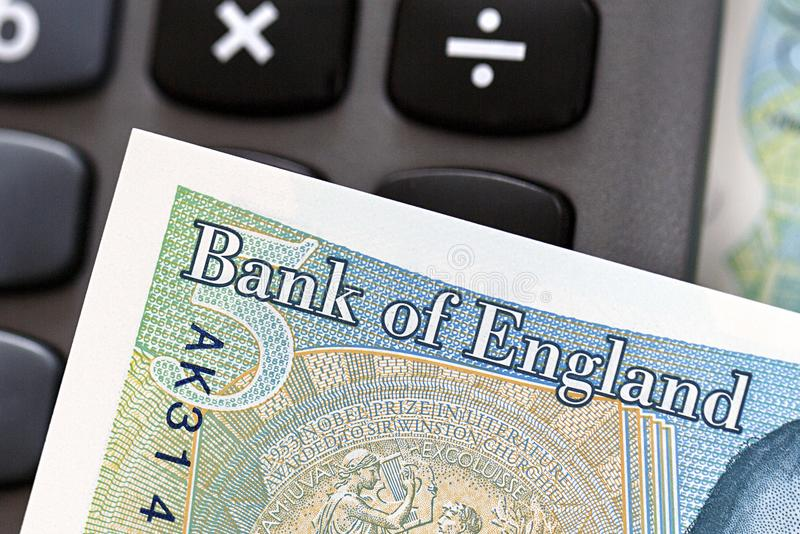 Moneda británica - nota de cinco libras fotos de archivo