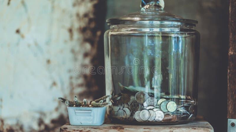 Moneda cobrable en la botella de cristal imagen de archivo libre de regalías