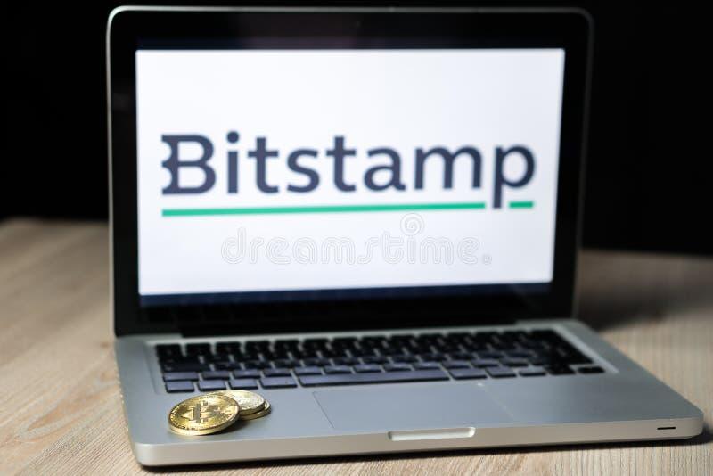 Moneda con el logotipo del intercambio de Bitstamp en una pantalla del ordenador portátil, Eslovenia de Bitcoin - 23 de diciembre imagenes de archivo