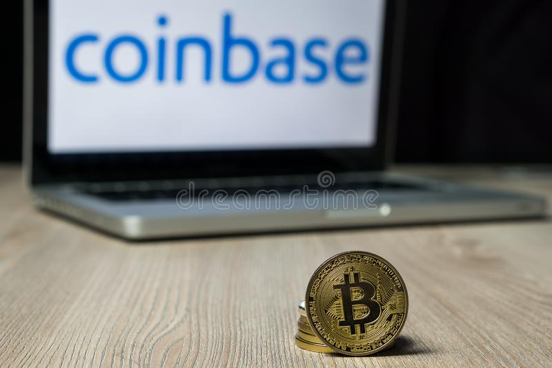 Moneda con el logotipo del intercambio de Coinbase en una pantalla del ordenador portátil, Eslovenia de Bitcoin - 23 de diciembre imagen de archivo libre de regalías