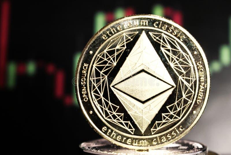 Moneda crypto clásica entre otras monedas - moneda digital de Ethereum del futuro foto de archivo