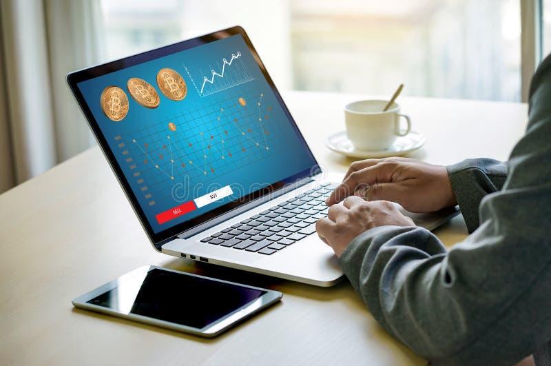 Moneda Crypto de Bitcoins de la escalera del concepto de oro financiero del crecimiento fotografía de archivo