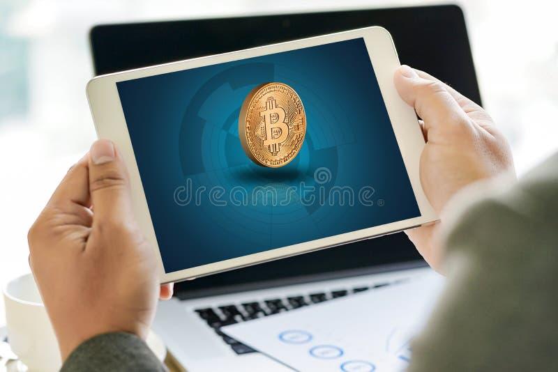 Moneda Crypto de Bitcoins de la escalera del concepto de oro financiero del crecimiento foto de archivo libre de regalías