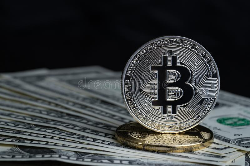 Moneda Crypto de la moneda del bitcoin de oro y de plata en el banco del dólar de EE. UU. foto de archivo