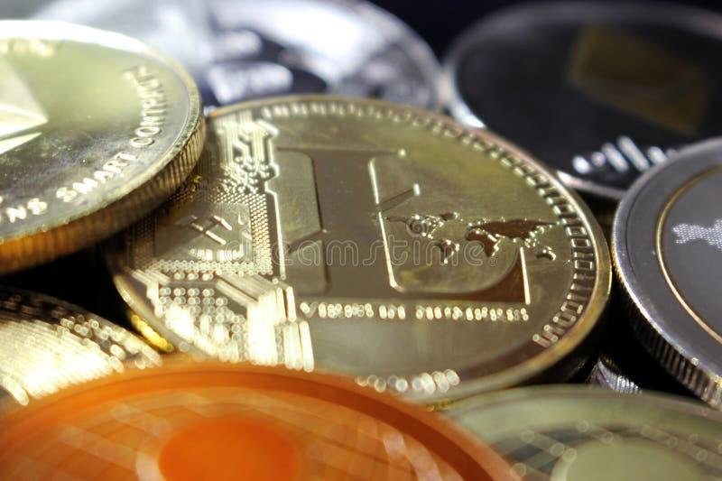 Moneda crypto de Litecoin entre otras monedas imagen de archivo