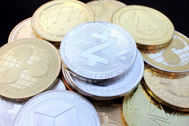 Moneda crypto de Zcash entre otras monedas imagen de archivo libre de regalías