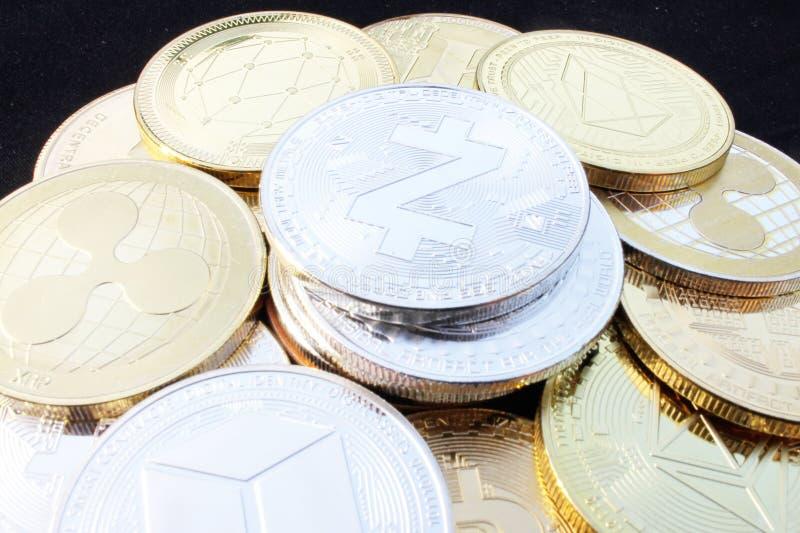 Moneda crypto de Zcash entre otras monedas imágenes de archivo libres de regalías