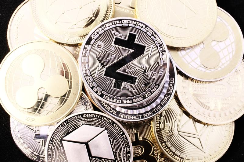 Moneda crypto de Zcash entre otras monedas fotografía de archivo libre de regalías