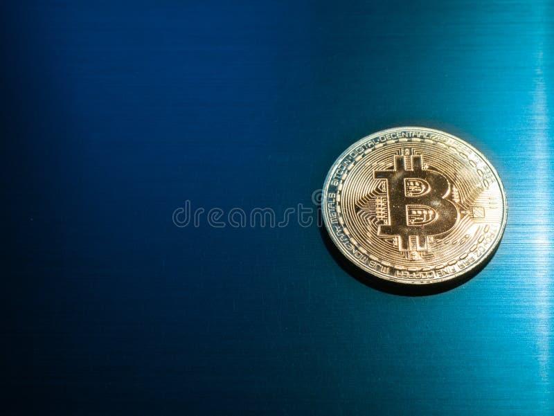 Moneda crypto del bitcoin del oro en superficie de metal fotografía de archivo