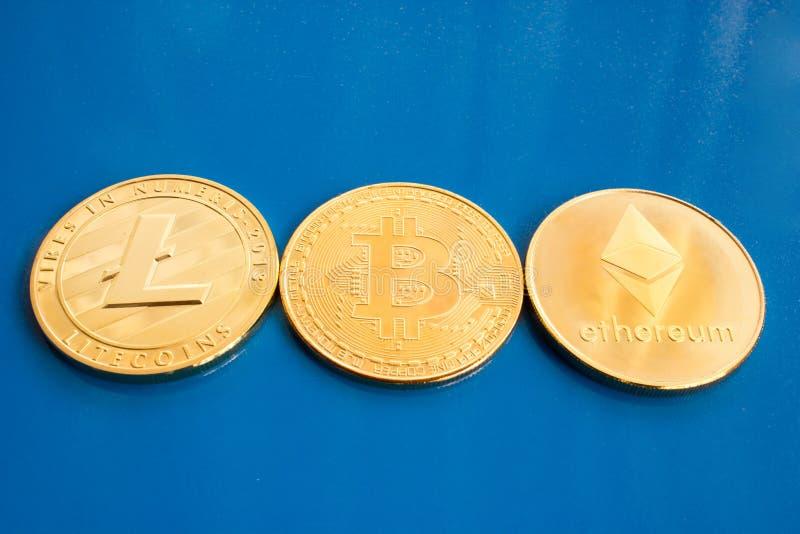 Moneda Crypto en un fondo azul imagenes de archivo