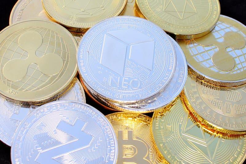 Moneda crypto nea entre otras monedas - moneda digital del futuro fotografía de archivo