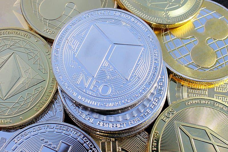 Moneda crypto nea entre otras monedas - moneda digital del futuro imagen de archivo