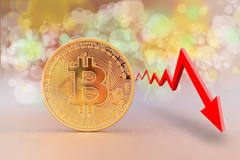 Moneda de Bitcoin con un gráfico de disminución de la tendencia imagen de archivo