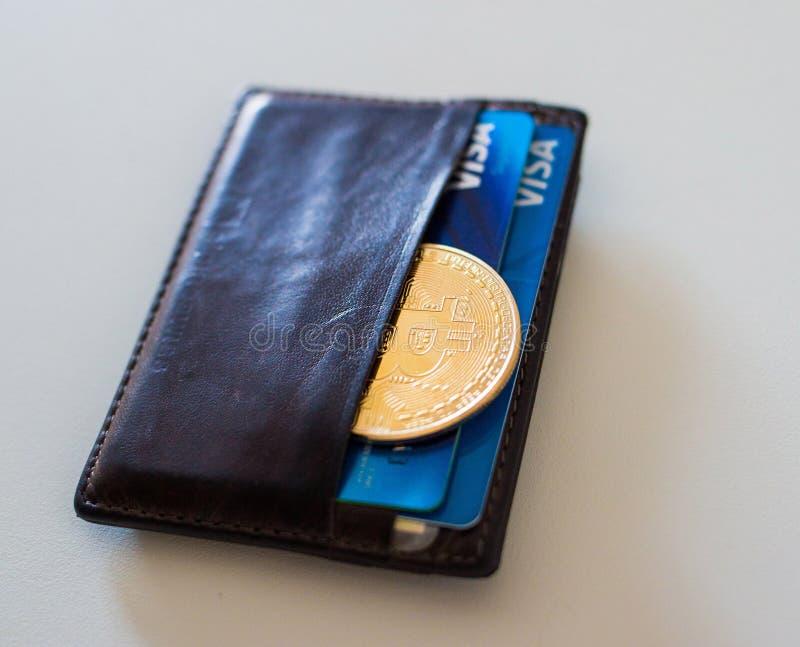 Moneda de Bitcoin en la cartera foto de archivo