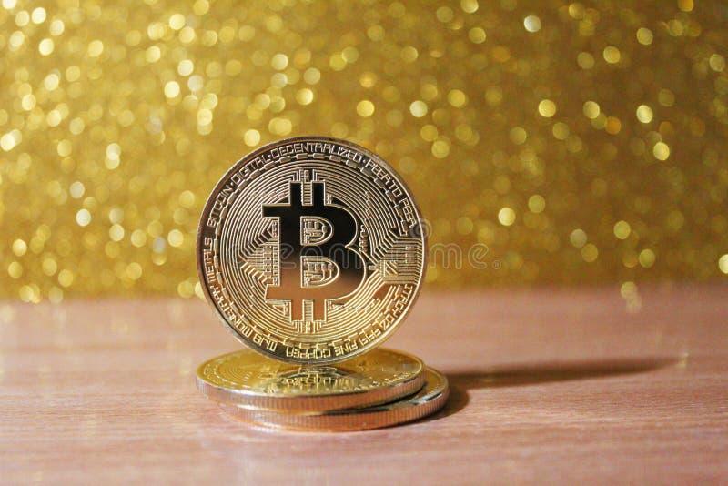 Moneda de Bitcoin en un fondo del oro Cryptocurrency imágenes de archivo libres de regalías