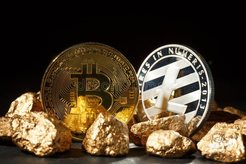 Moneda de Bitcoin y montón de oro del oro Cryptocurrency de Bitcoin imágenes de archivo libres de regalías