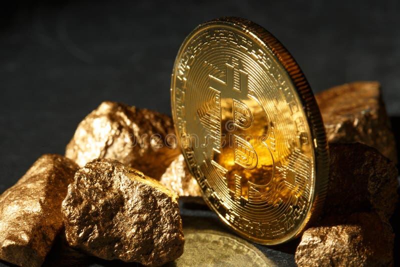 Moneda de Bitcoin y montón de oro del oro Cryptocurrency de Bitcoin imagen de archivo