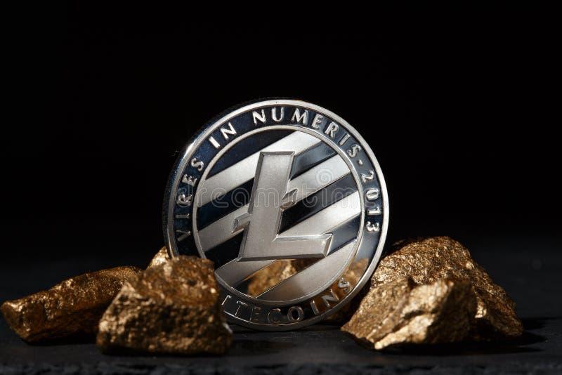 Moneda de Bitcoin y montón de plata del oro Cryptocurrency de Bitcoin foto de archivo