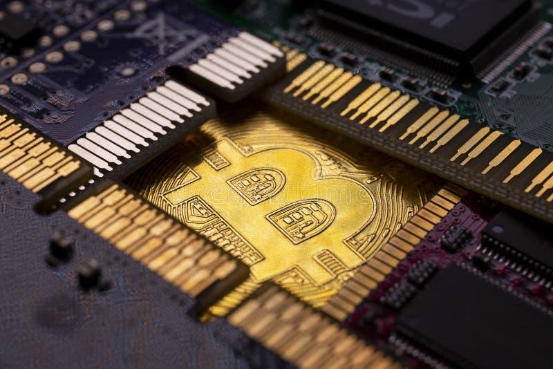 Moneda de Bitcoin y PWB impreso de la placa de circuito imagen de archivo libre de regalías