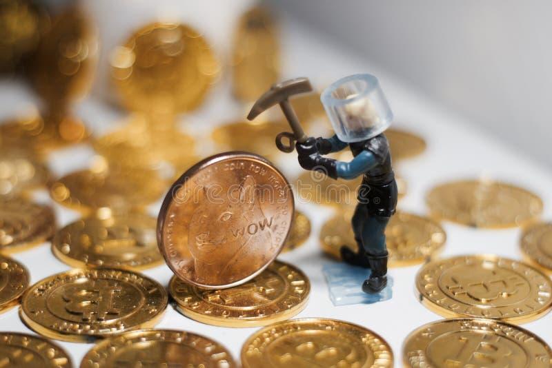 Moneda de cobre amarillo del dogecoin fotos de archivo