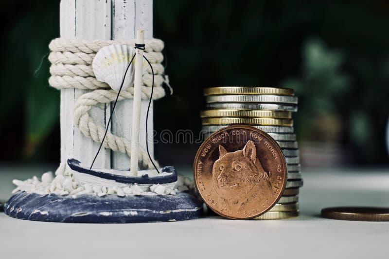 Moneda de cobre amarillo del dogecoin fotos de archivo libres de regalías