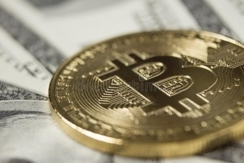 Moneda de Cryptocurrency Bitcoin en fondo con los dólares imágenes de archivo libres de regalías