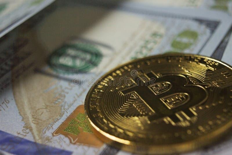 Moneda de Cryptocurrency Bitcoin en fondo con los dólares fotos de archivo libres de regalías