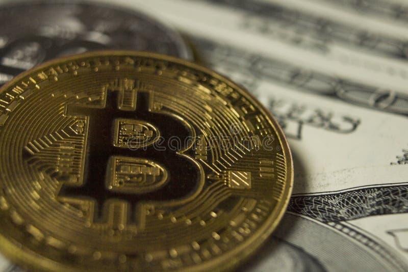 Moneda de Cryptocurrency Bitcoin en fondo con los dólares foto de archivo libre de regalías