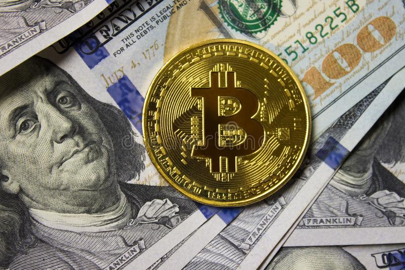 Moneda de Cryptocurrency Bitcoin en fondo con los dólares fotos de archivo