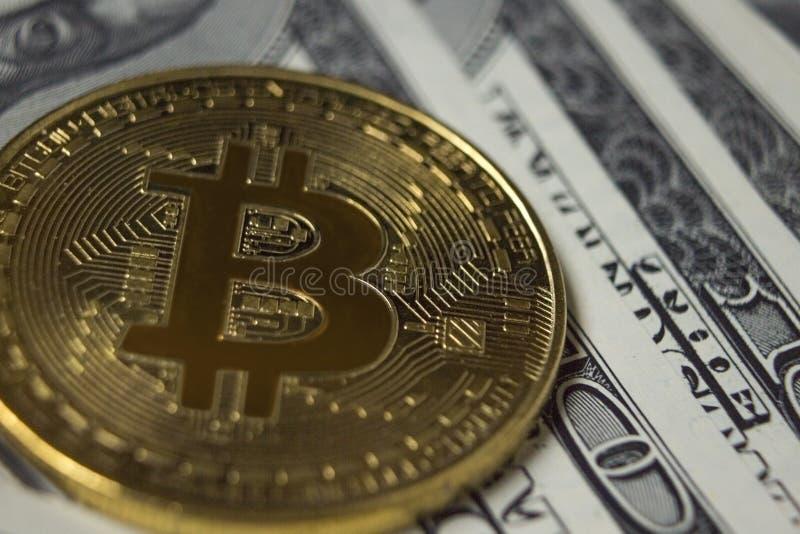 Moneda de Cryptocurrency Bitcoin en fondo con los dólares imagenes de archivo