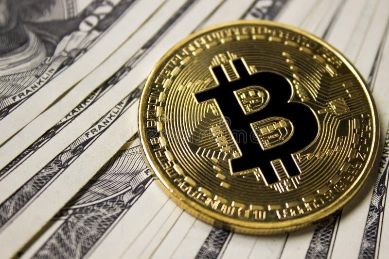 Moneda de Cryptocurrency Bitcoin en fondo con los dólares fotografía de archivo libre de regalías