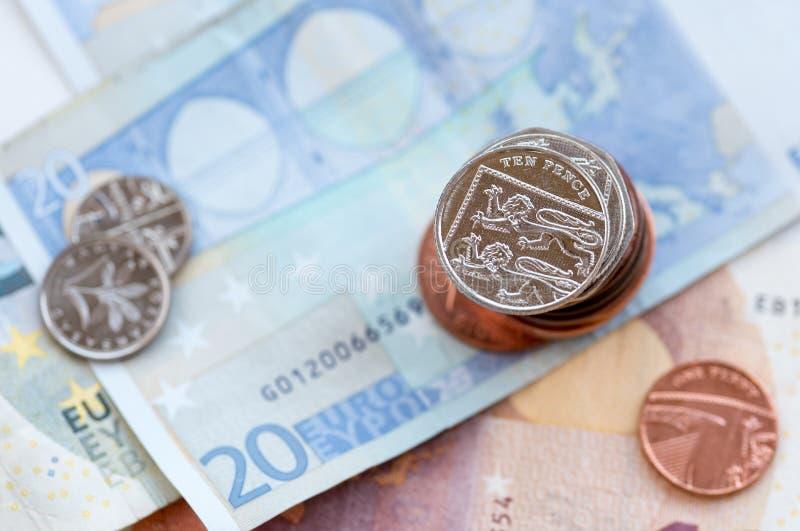 Moneda de diez peniques y billete británicos del euro imagen de archivo