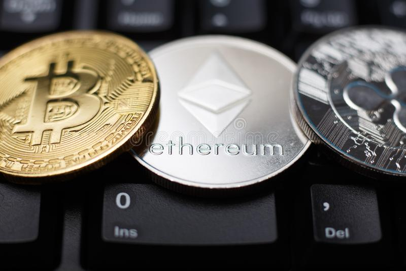 Moneda de Ethereum con el bitcoin y la ondulación imagen de archivo libre de regalías