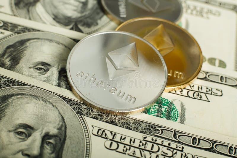 Moneda de Ethereum con el otro cryptocurrency en notas del dólar foto de archivo